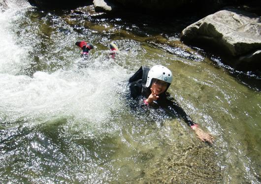 気分爽快!夏のアドベンチャー!自然を満喫しながら渓谷の清流をざぶざぶ進もう!シャワークライミングで夏を満喫!